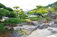 庭石や樹木で構成された世界。静かに眺めていると、丁寧に手入れをする庭主の息づかいが聞こえてきそう。自然を愛でる心に触れた気がします。