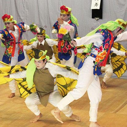 コサックダンスさながら、花と蝶が飛び跳ねながら楽しく踊ります。