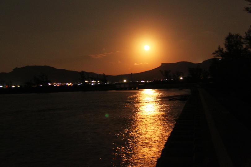 写真は2014年のスーパームーン。神秘的な月あかりを浴びながら心身の癒しを実感。