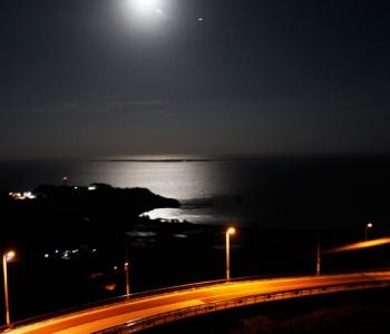 日中は青い海を望むニライ橋・カナイ橋も、満月の夜はロマンチックな月へ登る滑走路。
