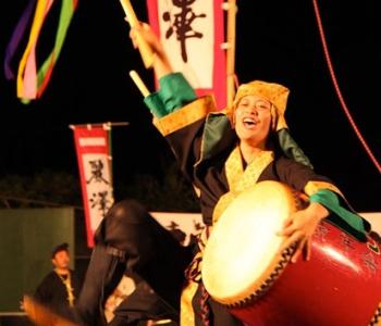 太鼓を叩いて勇壮に舞うエイサーは南城市各地でも盛んに行われています。元々は先祖の霊を慰める念仏踊りが発展したものです。