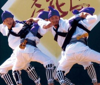 農村での団結を表す踊りです。青年4人が織りなすフォーメーションが見物。